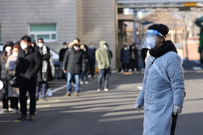 韓國中央防疫對策本部通報,截至25日凌晨零時,新增1241例武漢肺炎確診,刷新疫情爆發以來單日最高紀錄。圖為25日首爾民眾排隊等待檢驗。(韓聯社)
