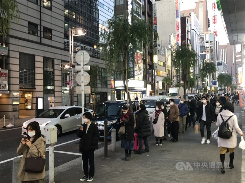 日本武漢肺炎疫情升溫,位於東京新橋的PCR檢查中心26日有大批民眾前來自費檢查,現場大排長龍。中央社記者楊明珠東京攝 109年12月26日