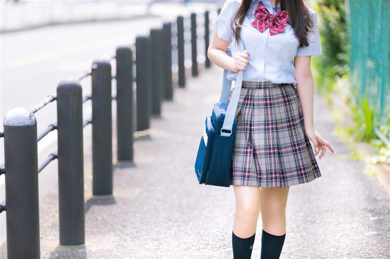 民主進步黨籍立委吳思瑤15日指出,高中職仍有禁止修眉、強制穿白色內衣等「八股校規」,要求教育部動用政策手段,並研議專法保障學生權益。(示意圖/圖取自PAKUTASO圖庫)