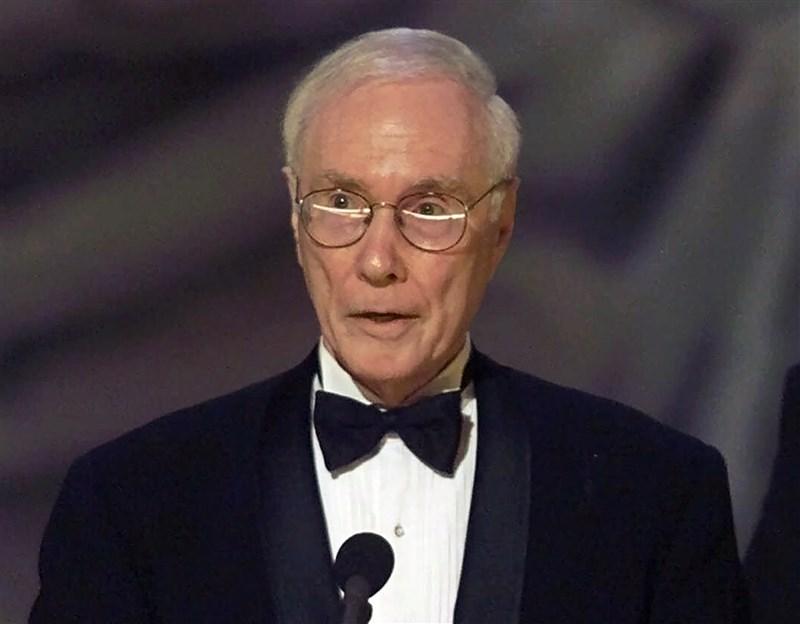 獲頒25座美國劇場界最高榮譽東尼獎的伯林德逝世,享耆壽90歲。他製作超過百齣百老匯舞台劇及音樂劇,包括「阿瑪迪斯」、「天使之城」等。圖為2000年6月伯林德獲頒東尼獎。(美聯社)