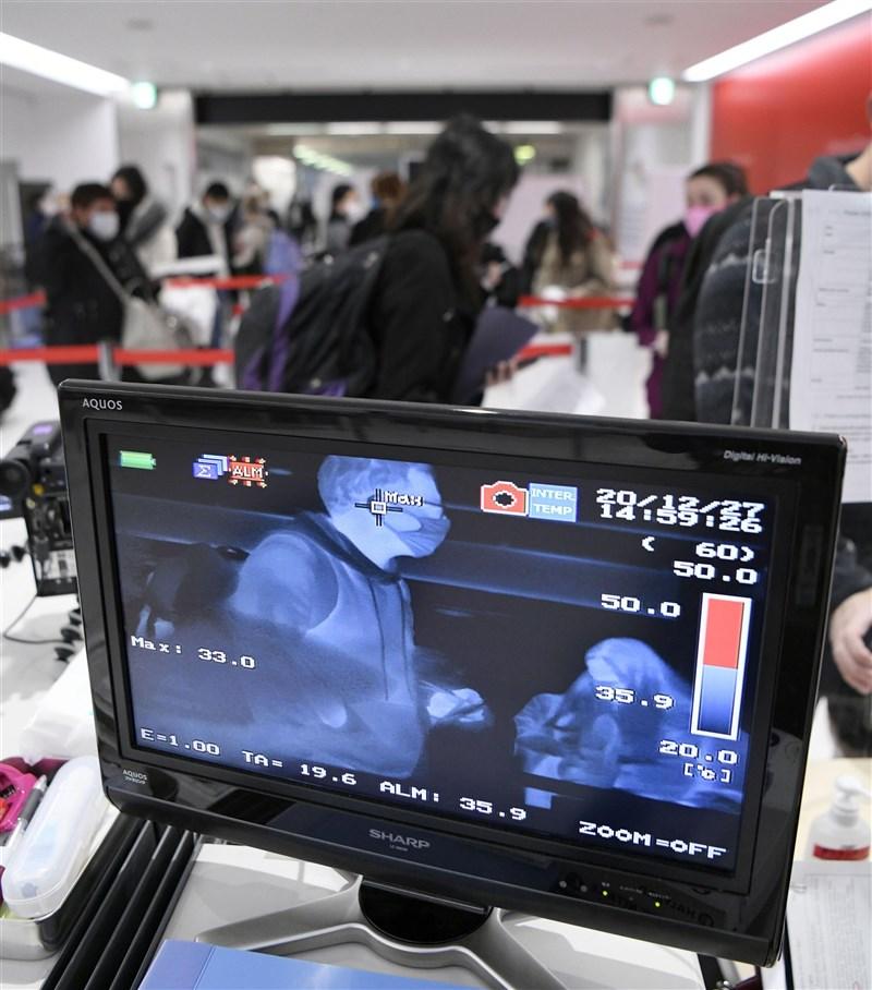日本26日通報武漢肺炎新病例是有英國旅遊史的機長及家屬,被懷疑變種病毒恐已進入社區。圖為成田機場入境檢疫站。(共同社)