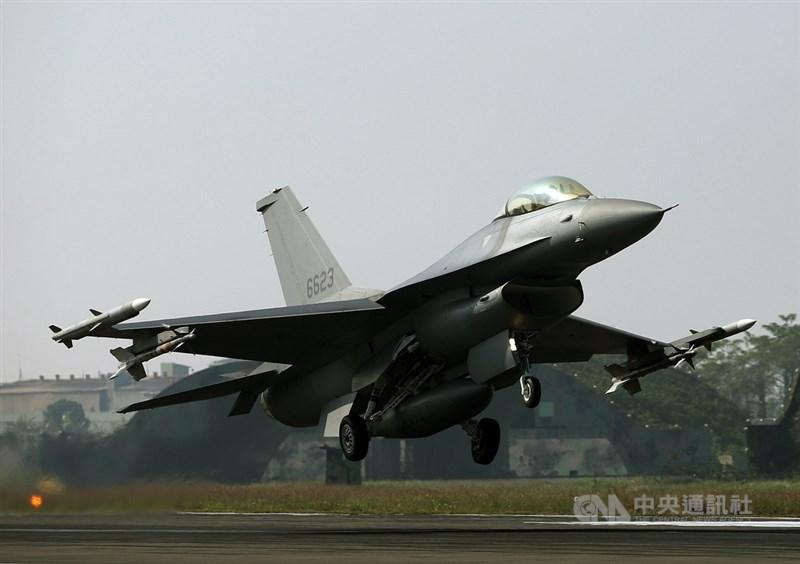 美國總統川普27日正式簽署撥款法案,其中包含「台灣保證法」,呼籲美國政府對台軍售常態化。圖為F-16V戰機。(中央社檔案照片)