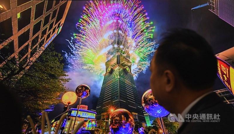 為呼應防疫政策,台北101宣布取消高空跨年煙火派對,新光三越百貨信義區也取消跨年市集與派對。(中央社檔案照片)