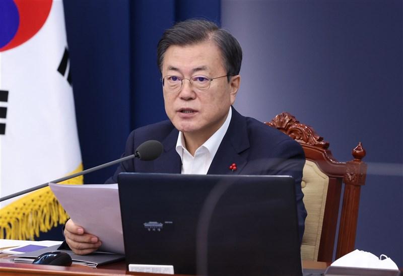 韓國總統文在寅5日宣布,將投資2兆2000億韓元(約新台幣537億元)拓展COVID-19疫苗研發與製造,目標是讓韓國在2025年成為全球前5大相關疫苗生產國之一。(韓聯社)