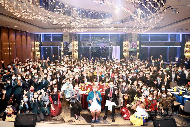 外交部29日晚間舉行「後疫情時代青年領導力」交流晚會,有130餘名外交部各屆國際青年大使,以及主要來自新南向政策目標國家及亞太友邦的約60名在台外籍生參加。(外交部提供)中央社記者陳韻聿傳真 109年12月29日