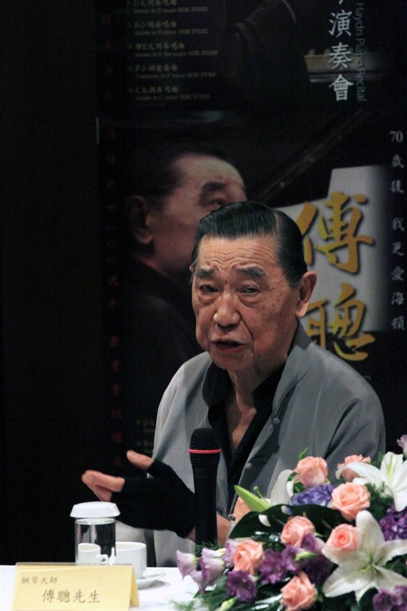 知名鋼琴家傅聰28日在英國倫敦逝世,享壽86歲。圖為2009年10月傅聰在台北出席記者會。(中新社)