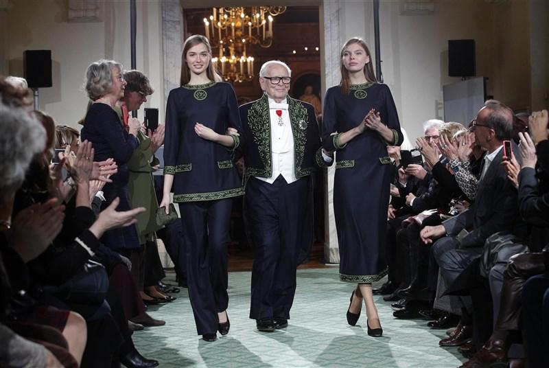 知名法國時裝設計師皮爾卡登的家屬表示,皮爾卡登(中)於29日辭世,享耆壽98歲。圖為皮爾卡登2016年慶祝入行70年,在法國巴黎舉行週年紀念時裝秀。(美聯社)