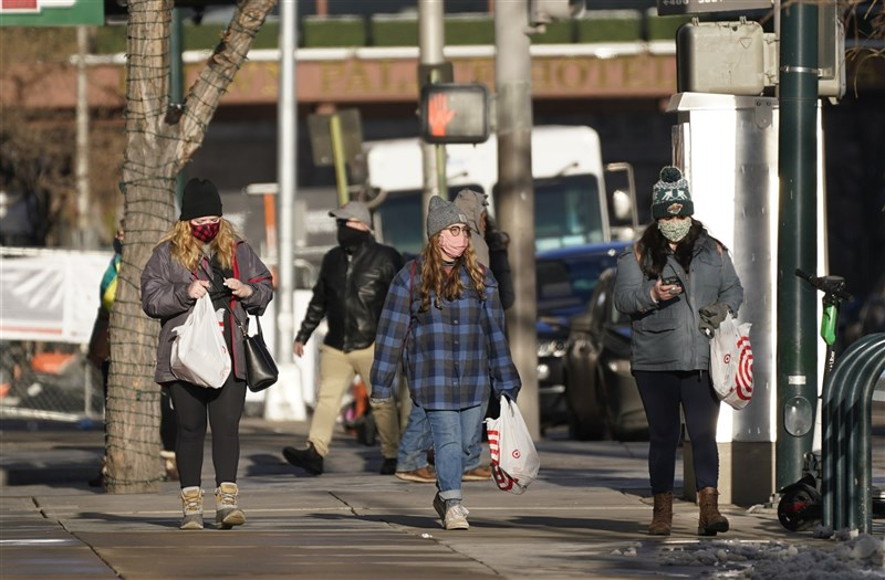 美國科羅拉多州29日發現於英國現蹤的高傳染力2019冠狀病毒疾病變種病毒確診病例,為美國記錄到的首例。圖為科羅拉多州民眾戴口罩購物。(美聯社)