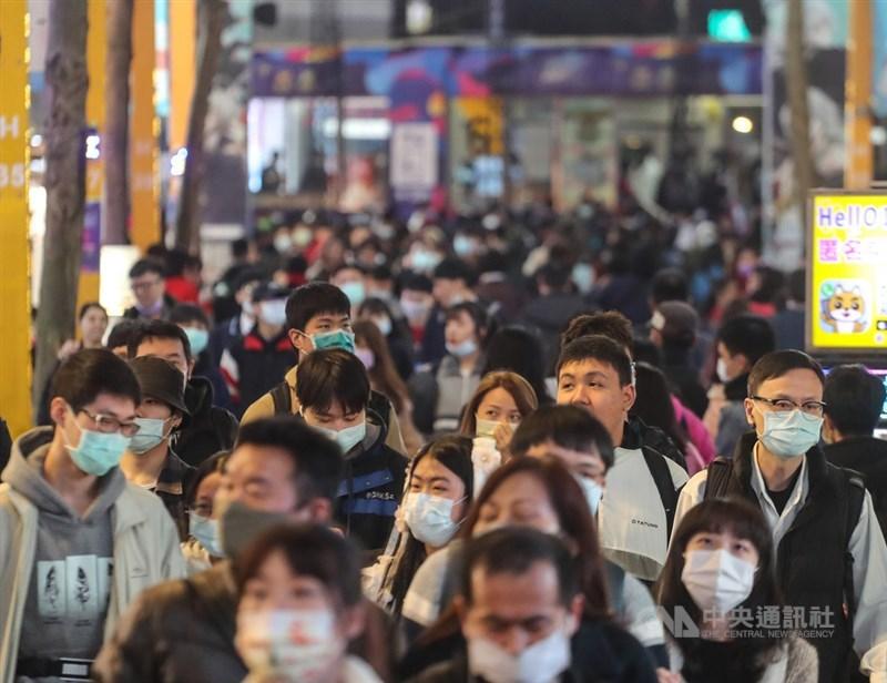 因為疫情,行政院長蘇貞昌說, 台灣人也更加覺得同舟一命,更加覺得只要團結一致就有力,不但保護自己、家人,也保護整個國家。圖為台北市西門町商圈25日逛街人潮,多數民眾都戴上口罩防疫。中央社記者裴禛攝 109年12月25日