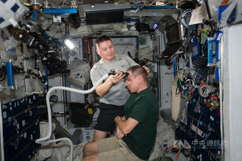 林琪兒(圖左站立者)在太空站生活幫同事理髮,源於他喜歡超級短髮,於是學會使用工具自己理髮,這項技能讓他在太空任務時己立立人。(NASA提供)中央社記者周世惠舊金山傳真 109年12月31日