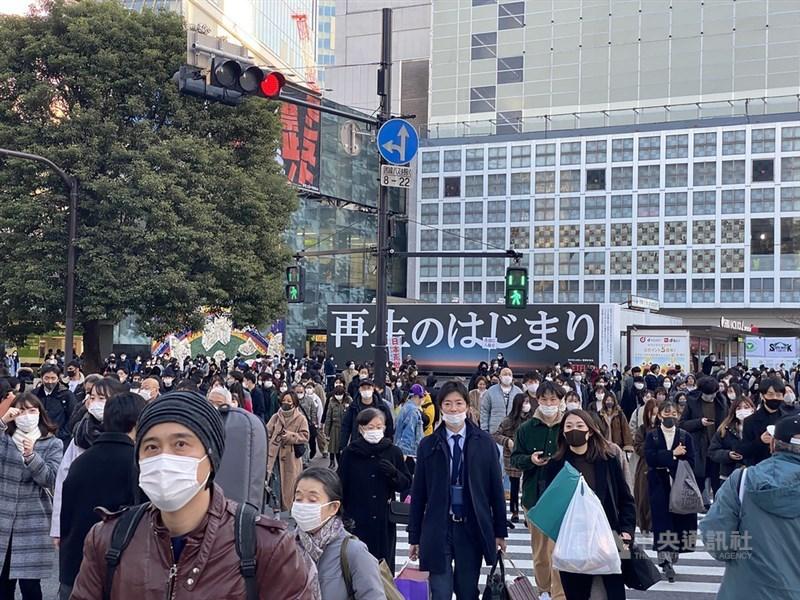 日媒報導,相關人士透露,東京都政府有意2日籲請中央政府公布「緊急事態宣言」。圖為東京澀谷車站前人潮。(中央社檔案照片)