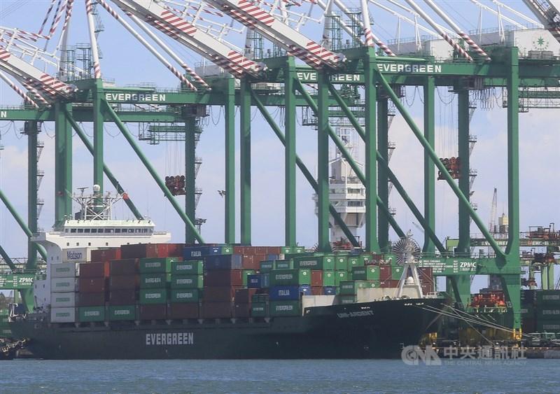 貨櫃航運商長榮表示,去年12月30日所屬L型貨櫃船「長朗輪」開往美國洛杉磯途中,有部分貨櫃落海。(示意圖/中央社檔案照片)
