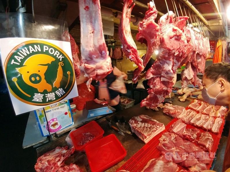 農委會表示,今年元月將較去年同期多增供2萬頭豬;目前市場價格仍在近5年平均範圍內,屬於正常區間。(中央社檔案照片)