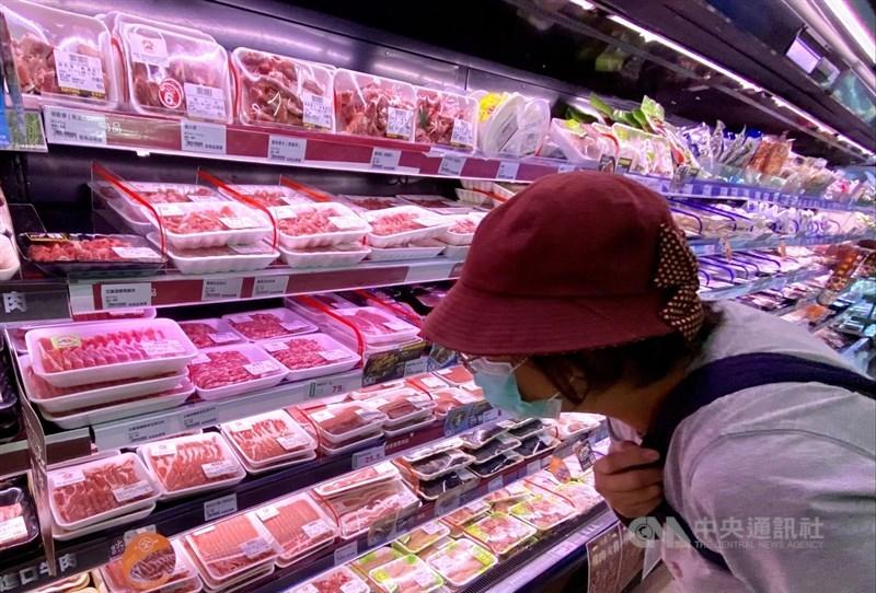 衛生福利部及農委會網站4日起每個上班日將公布國產豬屠宰量、各國進口豬數量,及檢驗結果是否含有萊劑。圖為賣場民眾挑選肉品。(中央社檔案照片)