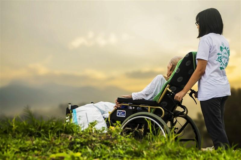 主計總處調查,因在家照顧長輩而無就業意願以及無法就業的比率連3年走升,109年人數更超過15萬人,顯見高齡化已讓台灣勞動力流失的板塊愈來愈大。(示意圖/圖取自Pixabay圖庫)