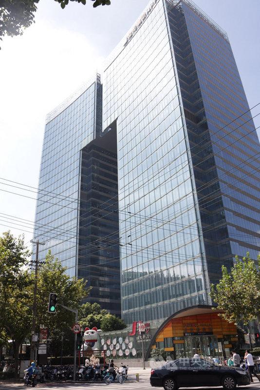 拼多多總部位於上海金虹橋國際中心,由於公司擴張快速,大樓內有許多樓層都是其辦公地點。2020年底拼多多傳出年輕員工猝死後,勞動保障部門表示將對拚多多勞動用工情況調查。中央社記者張淑伶上海攝 110年1月4日