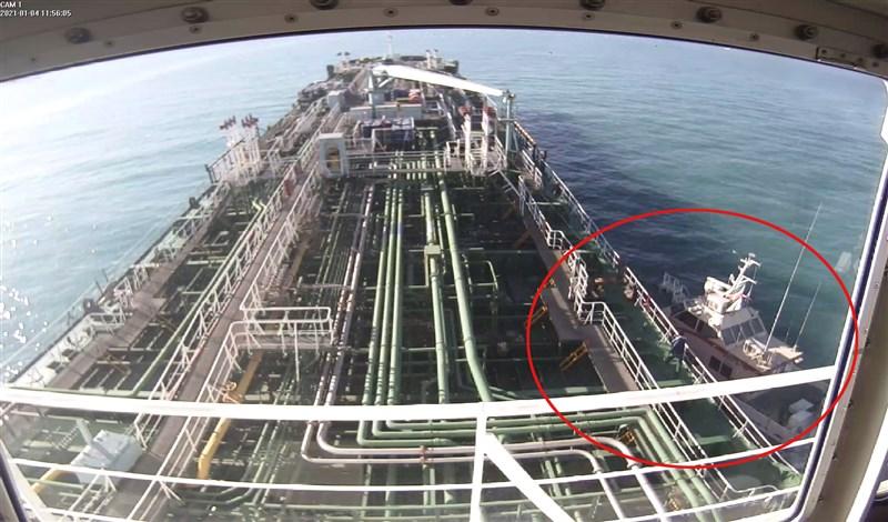 伊朗軍方在波斯灣扣押一艘韓國籍化學油輪及船員後,韓國外交部研議是否讓副部長如期於10日訪問伊朗。圖為伊朗革命衛隊快艇(紅圈處)扣押韓國油輪情形。(韓聯社)