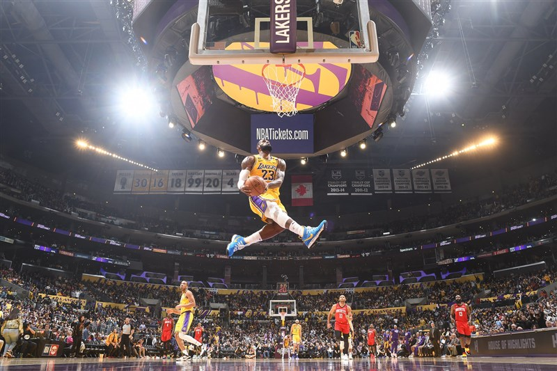 美國職籃NBA 5日發布更嚴格的口罩政策,已著裝的登錄球員坐在場邊板凳區時,須全程配戴口罩,上場比賽時才能脫掉。圖(中)為湖人隊主將之一詹姆斯。(圖取自facebook.com/nba)