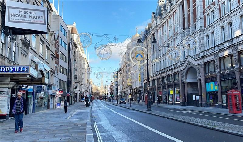 英國的2019冠狀病毒疾病變種病毒疫情延燒,首相強生4日晚間宣布英格蘭地區從午夜起再度進入封城。圖為2020年12月倫敦街頭人潮稀少。(中新社)