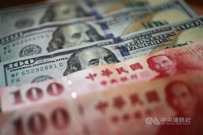 新台幣兌美元5日收盤收28.402元,升2.2分,成交金額22.26億美元。(中央社檔案照片)