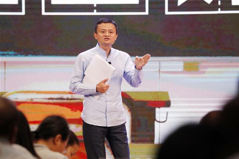 中國螞蟻集團上市遭官方喊停後,母公司阿里巴巴集團創辦人馬雲(中)的動向始終受到關注。圖為2019年1月馬雲出席活動。(中新社)