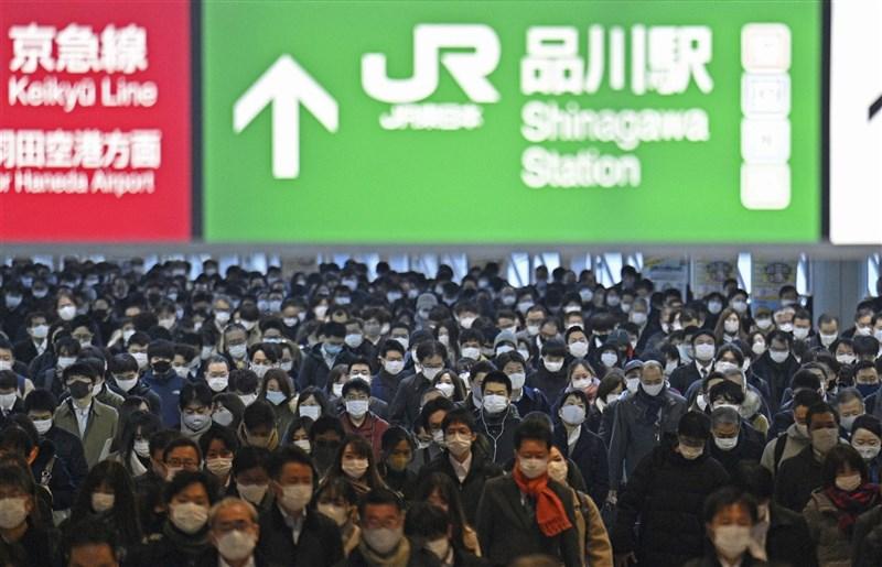 截至日本時間7日晚間6時止,日本全境已新增逾7000例確診病例創新高,包括東京都、大阪府等地,單日確診病例都續創新高。圖為1月7日品川站中民眾戴口罩防疫。(共同社)
