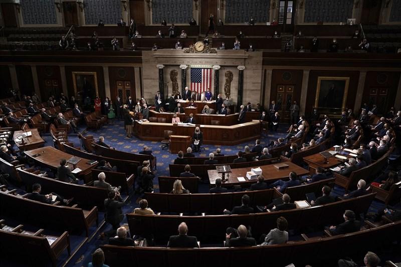 美國國會6日召開聯席會議,由副總統彭斯主持,將認證拜登為下任總統。但共和黨議員隨即提出異議,讓計算選舉人票的程序暫停。圖為6日美國會聯席會議現場。(法新社)