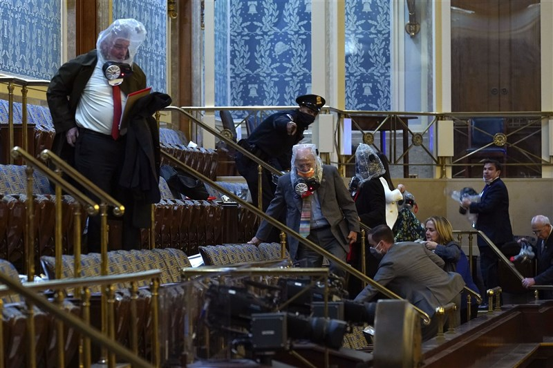支持美國總統川普的示威民眾6日闖入國會大廈,促使國會議員轉至一個秘密地點避難。(美聯社)