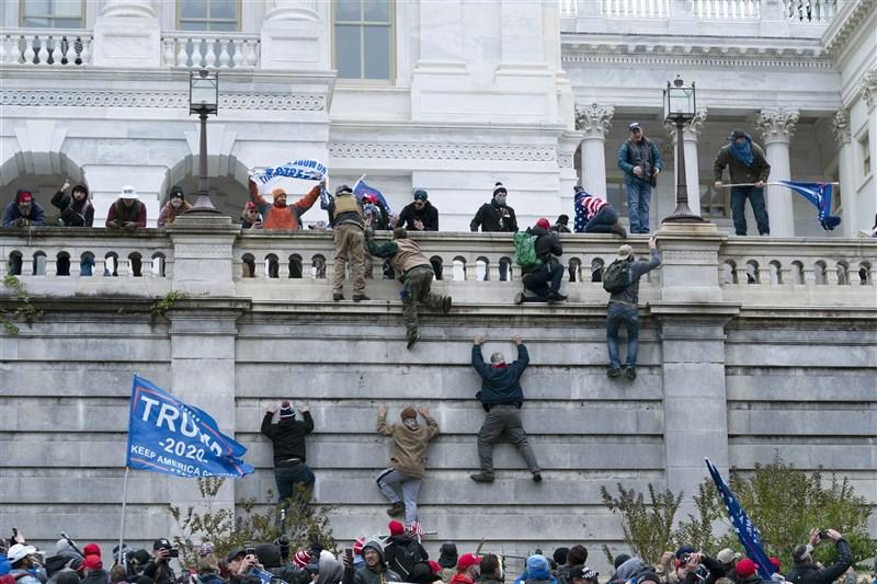 美國總統川普6日向大批支持者喊話永不放棄、永不認輸後,部分支持者闖入國會大廈,與警方爆發衝突,國會認證總統大選結果的程序被迫延後。川普隨後呼籲抗議者保持和平。(美聯社)