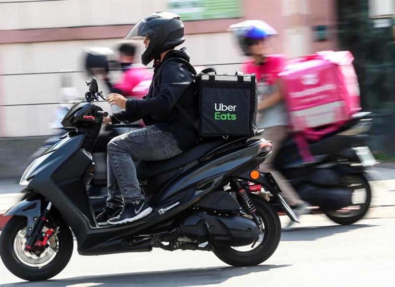 全聯本週宣布攜手Uber Eats,統一超也擬投資外送平台foodomo。專家分析,外送服務與消費者高度聯結也能取得消費情報,成為流通巨頭下個角力戰場。(中央社檔案照片)