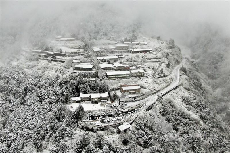 寒流襲台,8日太平山國家森林遊樂區下雪,太平山莊建築在白雪覆蓋下,成了一座雪中山城。中央社記者王騰毅攝 110年1月8日