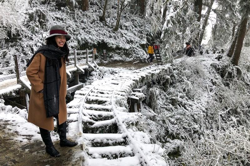 寒流襲台,宜蘭太平山國家森林遊樂區8日因積雪化身一片銀白夢幻世界,吸引不少遊客上山開心賞雪拍照。中央社記者王騰毅攝 110年1月8日