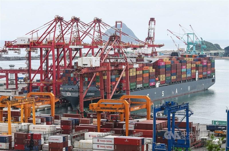 財政部8日公布2020年12月出口330億美元,年增12%,連六紅。(中央社檔案照片)