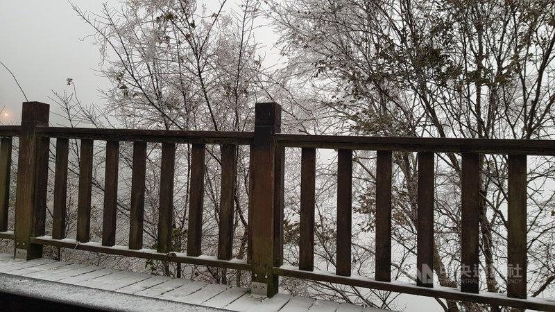 新竹縣尖石鄉8日陸續有降雪情形,步道覆蓋白雪,宛如置身在銀白世界。(新竹縣政府提供)中央社記者郭宣彣傳真 110年1月8日