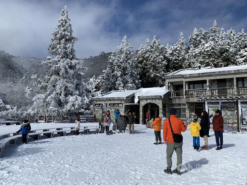海拔約1900公尺高的太平山國家森林遊樂區9日雖未再降雪,但園區溫度仍在攝氏零度以下,積雪尚未消融,目前仍是一片銀白世界。(羅東林管處提供)中央社記者沈如峰宜蘭縣傳真  110年1月9日