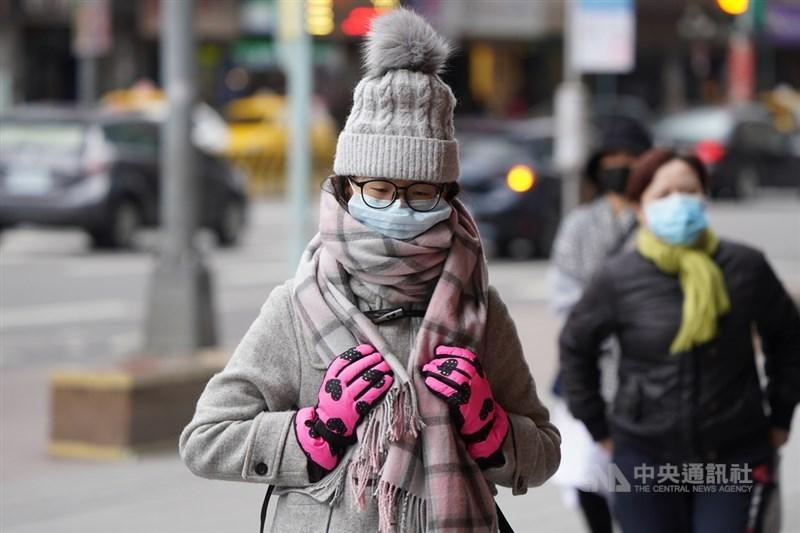 氣象局表示,10日白天起寒流減弱溫度會稍微回升,11日寒流再度報到,溫度又會再往下降,預估12日及13日清晨最冷,氣溫下探攝氏6度到9度。中央社記者徐肇昌攝 110年1月9日