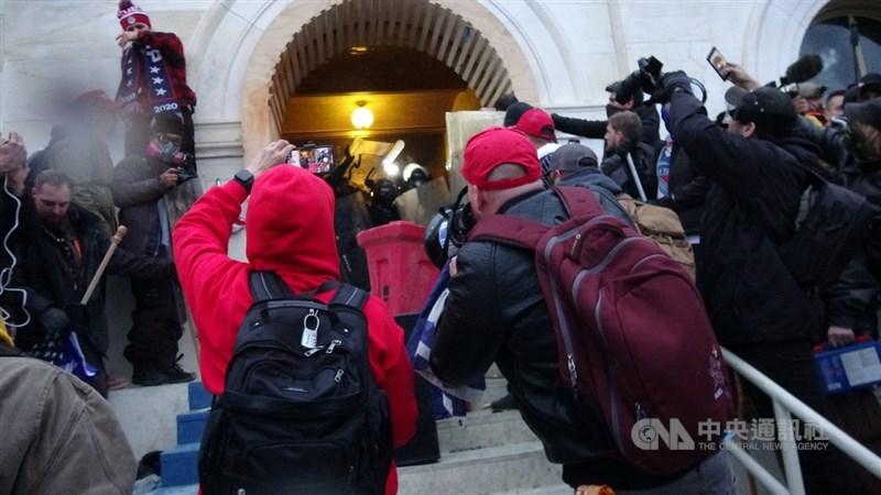 美國總統川普的支持者6日下午多次試圖闖入國會,與警方爆發衝突,導致5人死亡,包括一名傷重不治的國會警察。中央社記者江今葉華盛頓攝 110年1月7日