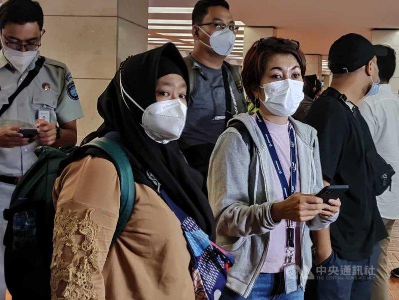 印尼三佛齊航空9日疑失事,機上有12名機組員。部分機組員的家屬10日在雅加達機場等候搜救的消息。中央社記者石秀娟雅加達攝 110年1月10日