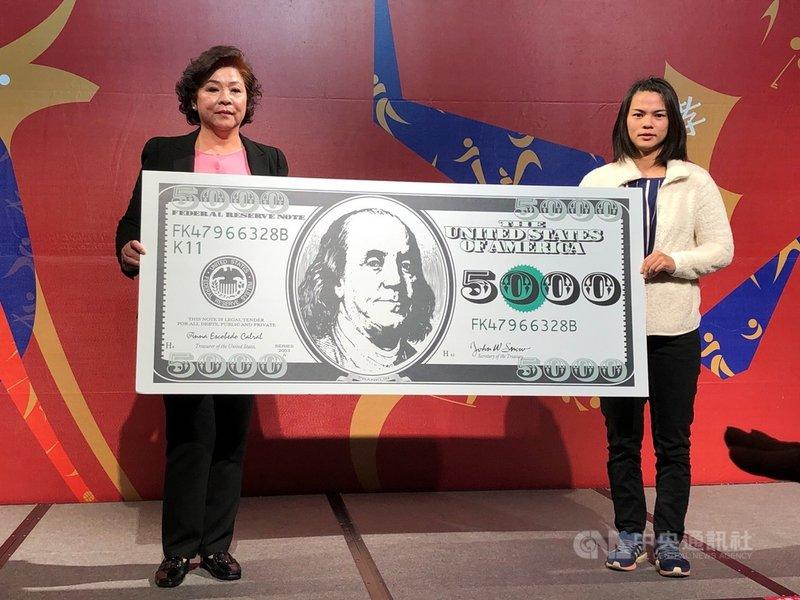 舉重女將許淑淨(右)遞補2012年倫敦奧林匹克運動會女子舉重53公斤級金牌,她10日說,目前僅確定在台灣領取獎牌,至於選在何種場合,還待與中華奧會討論。中央社記者黃巧雯攝 110年1月10日