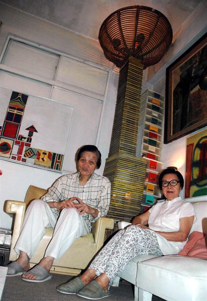 詩人蓉子(右)9日下午5時在中國江蘇老家逝世,享壽百歲。圖為2007年蓉子與丈夫羅門受訪。(中新社)