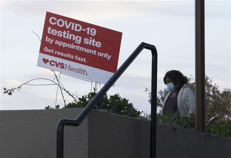 世界衛生組織表示,全球上週通報的確診病例比前一週減少16%。世衛秘書長譚德塞說,這表示基本公共衛生措施奏效,但警告「火勢還未撲滅」。圖為美國加州民眾行經武漢肺炎檢測廣告牌。(中新社)