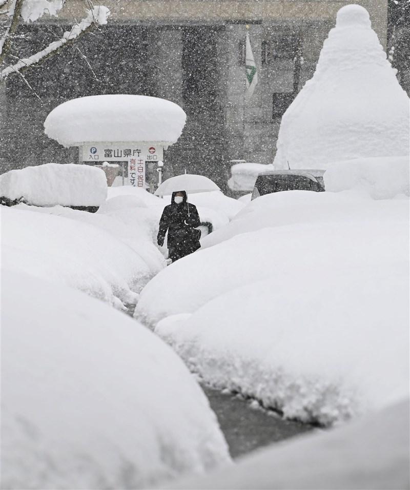 日本新潟、北陸等地從7日起連續下大雪,截至11日上午11時的積雪,富山市123公分、福井市95公分、新潟市61公分、金澤市53公分。(共同社)