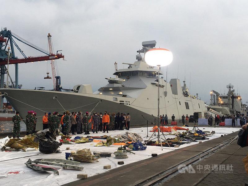 印尼一架三佛齊航空班機9日失事,印尼出動53艘船及20艘小艇搜救,陸續尋獲飛機殘骸及乘客物品,放置於雅加達碼頭的搜救中心檢視整理。中央社記者石秀娟雅加達攝 110年1月12日