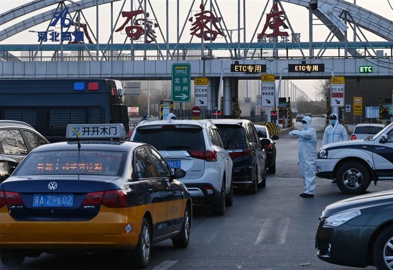 中國河北省12日宣布,為防止武漢肺炎疫情輸出,對石家莊市、邢台市、廊坊市全域實行封閉管理,人員、車輛非必要不外出。圖為石家莊管制車輛上高速公路。(中新社)