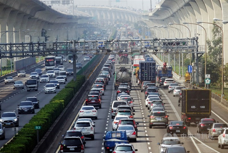 高公局估11日國道交通量為90百萬車公里,是年平日平均的1.2倍,提醒民眾盡量下午時段出發。(中央社檔案照片)