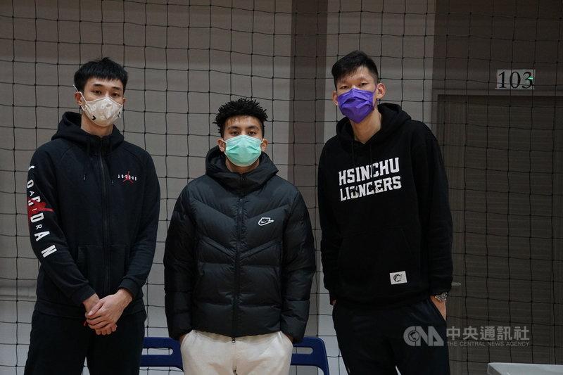 亞洲盃男籃資格賽2月將舉行,但疫情延燒,讓入選中華男籃培訓隊的球員心情複雜,新竹街口攻城獅球星高國豪(中)12日說,很開心入選,但擔憂疫情和安危。中央社記者黃巧雯攝  110年1月12日