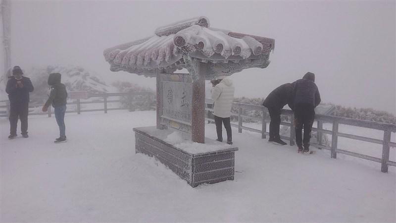 寒流持續發威,合歡山11日深夜到12日清晨間歇降雪,海拔3275公尺的知名地標武嶺披上一層雪白外衣。(民眾提供)中央社記者蕭博陽南投縣傳真 110年1月12日