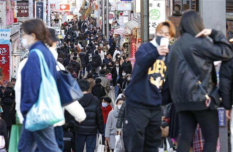 日本首都圈武漢肺炎疫情蔓延,8日進入緊急事態,但9日至11日的3天連假期間,人潮不見減少。(共同社)