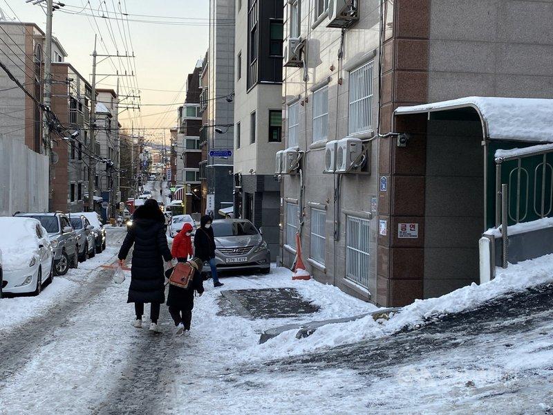 韓國許多長輩及公司上位者觀念中,生兒育女被視為女性責任,結婚生子後的女性難延續職涯。圖為韓國母親接送小孩回家。中央社記者廖禹揚首爾攝 110年1月13日