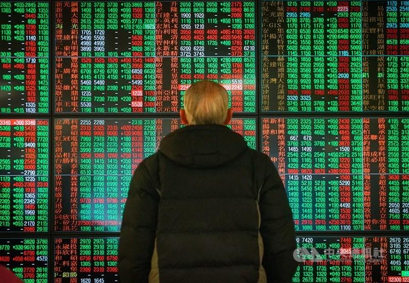台北股市12日開低震盪走低,終場下跌56.60點,收在15500.70點,跌幅0.36%。中央社記者王騰毅攝 110年1月12日